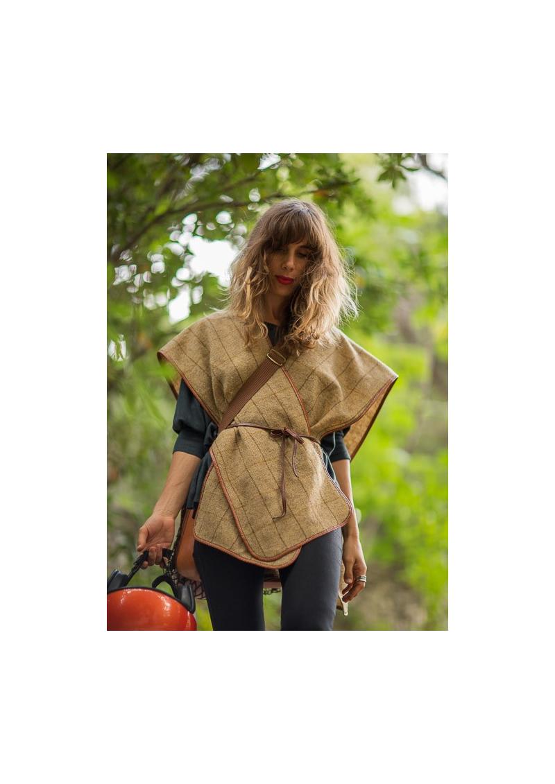 Le poncho de chasse en tweed et cuir
