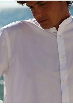 La chemise blanche de clergyman