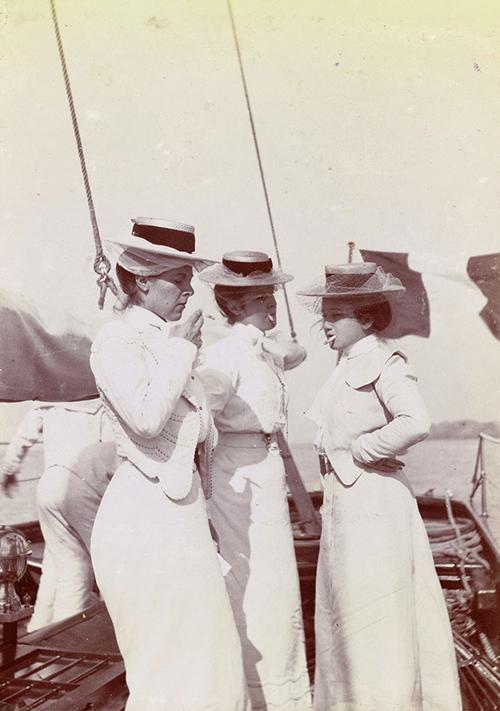 Femmes en canotier